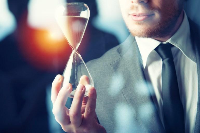 empresário medindo o tempo com ampulheta
