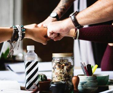 Mãos da equipe de trabalho unidas