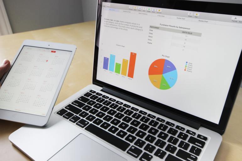 Gráfico de pesquisa de satisfação aberto na tela do notebook
