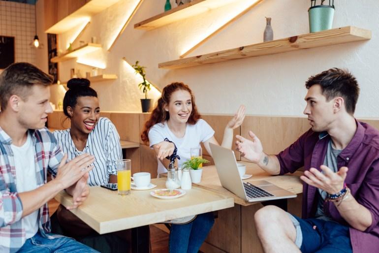 millennials conversando em um café