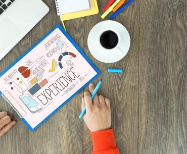 Prancheta com desenho sobre experiência do cliente