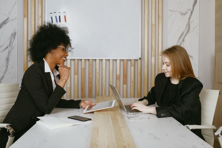 líder conversando com funcionária
