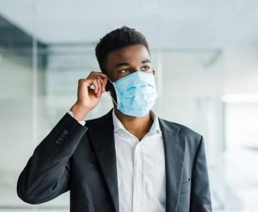 Homem usando máscara