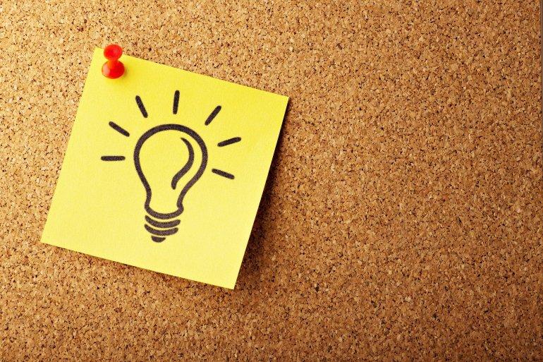 Desenho de uma lâmpada em um post-it