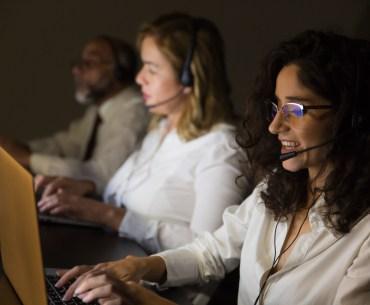 Pessoas trabalhando em telemarketing.
