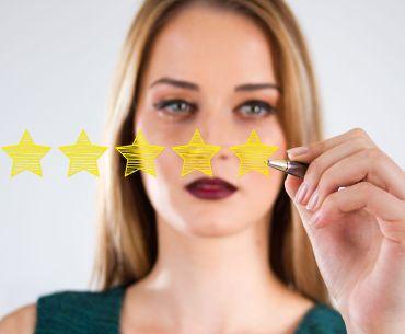 Mulher faz avaliação 5 estrelas em pesquisa de satisfação.