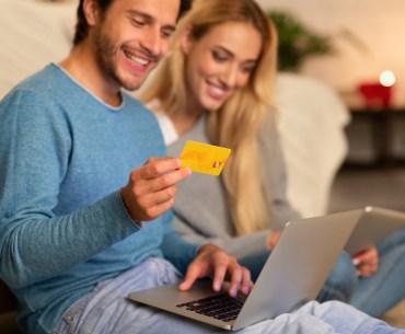Casal fazendo compras on-line na black friday.