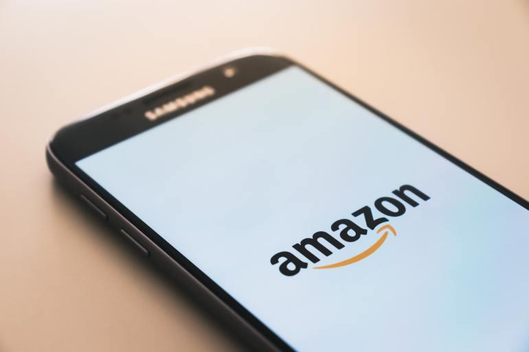 Tela de smartphone com logo da Amazon.