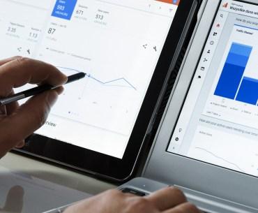 Pessoa analisando estratégias de marketing digital usando Google Analytics.