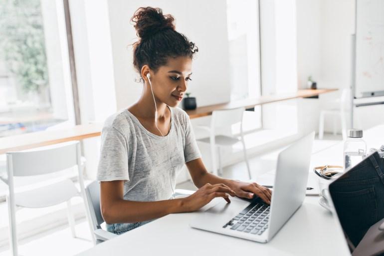 Mulher navegando pelo site da empresa tendo uma boa experiência do cliente.