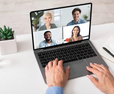 Time em reunião conversando sobre customer experience