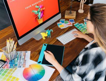 Mulher criando comunicação visual para empresa