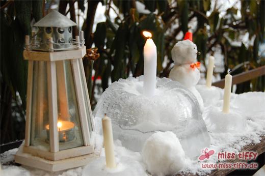 Großer und kleine Eiskuchen mit Mini-Schneemann