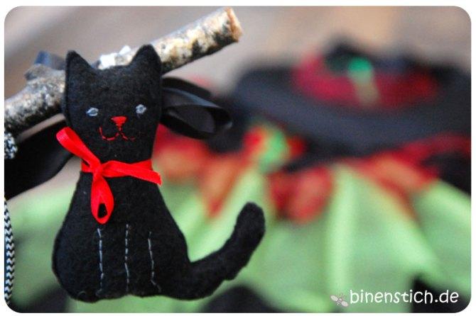 Schwarze DIY-Katze für den DIY-Hexenbesen | binenstich.de