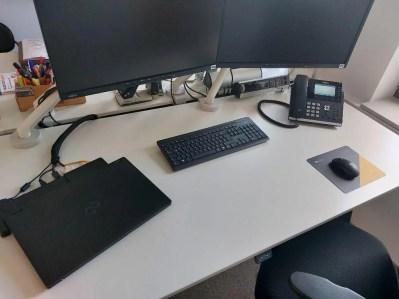 Arbeitsplatz mit Kabelmanagement