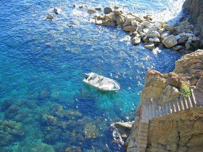 928059-small-boat-in-riomaggiore-creek--the-cinque-terre--italia