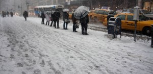 People waiting for the bus on Fifth Avenue, Manhattan, in the snow (2010 - Image Koen Blanquart)