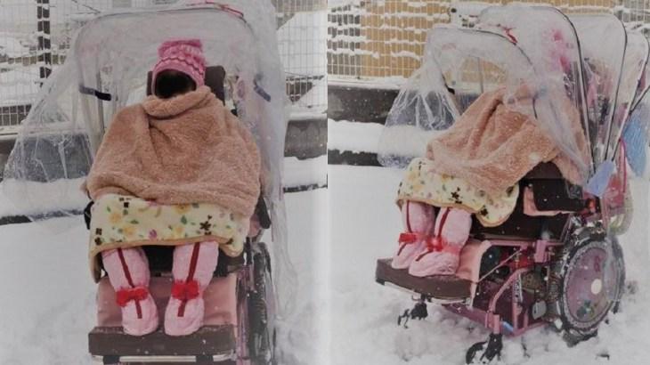 雪の中を車椅子で…