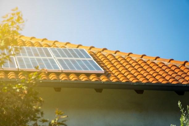 energia elétrica solar _ placa solar em telhado residencial