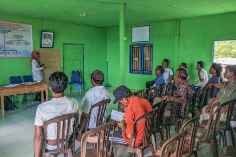 The fishermen of Darawa Island listening attentively