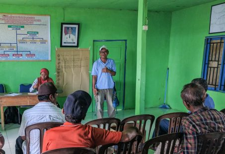 La Beloro speaking to the gathering of fishers