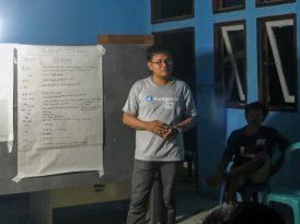 Efra from Perkumpulan Yapeka leading a discussion