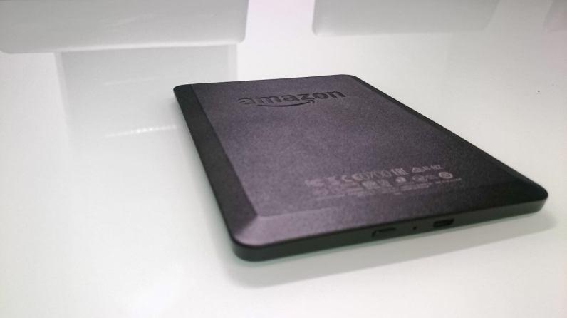 Tylna obudowa Kindle 7 jest delikatnie wyzlobiona i posiada dużę logo amazona