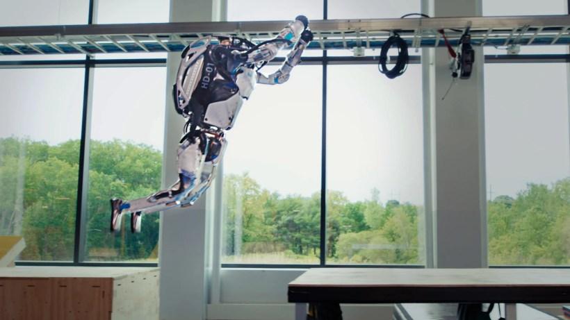 Atlas salta entre cajas en el laboratorio de Boston Dynamics.