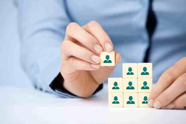 Quais os procedimentos para uma empresa contratar um funcionário? 01