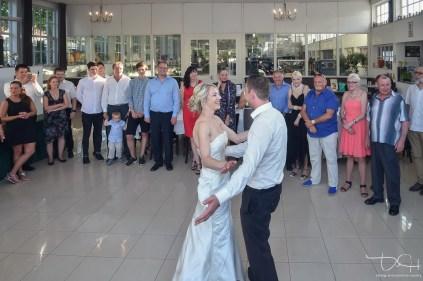 Der Eröffnungstanz ( Brautwalzer ) eingefangen von dem Hochzeitsfotograf