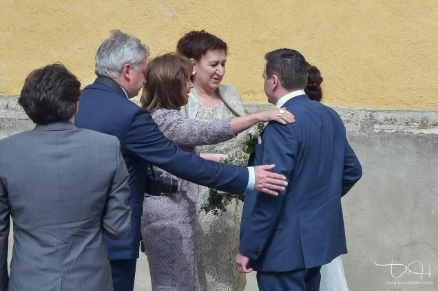Die Hochzeitsgaeste warten auf das Brautpaar. Der Hochzeitsfotograf fotografiert!