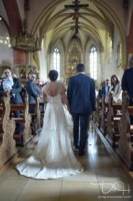 Das Brautpaar zieht in die Kirche Sankt Maternus ein. Der Hochzeitsfotograf macht die Bilder.