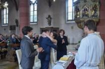 Sie duerfen die Braut jetzt kuessen! Der Hochzeitsfotograf fotografiert den ersten Kuss als Mann und Frau.