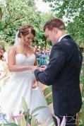 Auch den Ringtausch fotografiert der Hochzeits Fotograf