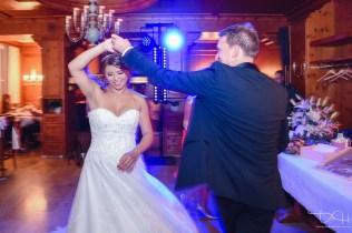 Der Hochzeitsfotograf fotografiert das Brautpaar beim Brauttanz.