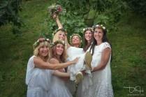 Der Hochzeitsfotograf macht die Gruppenbilder.