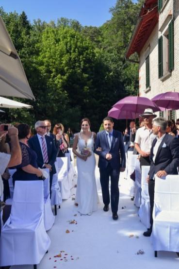 Der Hochzeitsfotograf aus Nuernberg in Zuerich. Der Weg zum Altar fotografiert der Hochzeitsfotograf.