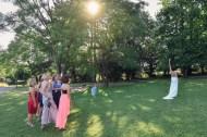 Auch in der Schweiz wird der Brautstrauss geworfen. Hochzeits Fotograf macht die Bilder.