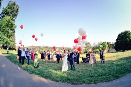 Hochzeitsfotograf fotografiert das steigen der Luftballons. Traumhochzeit in Zuerich mit traumhaften Bildern von dem Hochzeitsfotografen