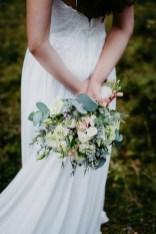 Der Hochzeitsfotograf fotografiert die Details. Brautshooting in Schwanstetten mit dem Hochzeitsfotografen aus Nuernberg