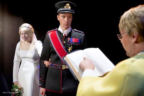 Charlotte Frogner som kronprinsesse Mette-Marit, Ola G. Furseth som kronprins Haakon og Jonas F. Urtsad som biskop Gunnar Stålsett på Det Norske Teatret. Foto: Det Norske Teatret / Handout