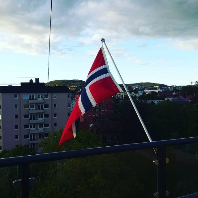 Balkongflagg fem dager etter 17 mai nrernesteflaggdag kormecrib flagg Continuehellip