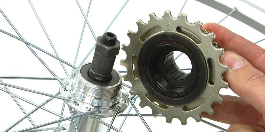Freewheel and threaded hub