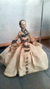 Diese Puppe ist zum Beispiel rund 250 Jahre alt. Findest du sie in der Ausstellung auf Burg Posterstein?