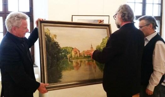 Dieter Heine (links) übergibt das Ölgemälde aus seinem Familienbesitz an Museumsdirektor Klaus Hofmann und Museumsvereinsvorstand Dr. Gert Wolkersdörfer.