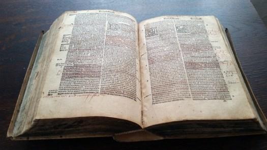 Die in Posterstein ausgestellte Biblia Latina Vulgata aus dem Jahr 1519.