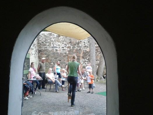 Im Sommerferienprogramm erklären wir, was Kinder im Mittelalter gespielt haben. Natürlich darf man die Spiele selbst ausprobieren!
