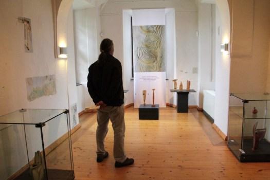 Keramik mit Klang: Blick in die Keramik-Ausstellung im Museum Burg Posterstein.