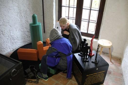 Die Burg Posterstein aus Holzbauklötzern verdeutlicht die verschiedenen Bauphasen der Burganlage.