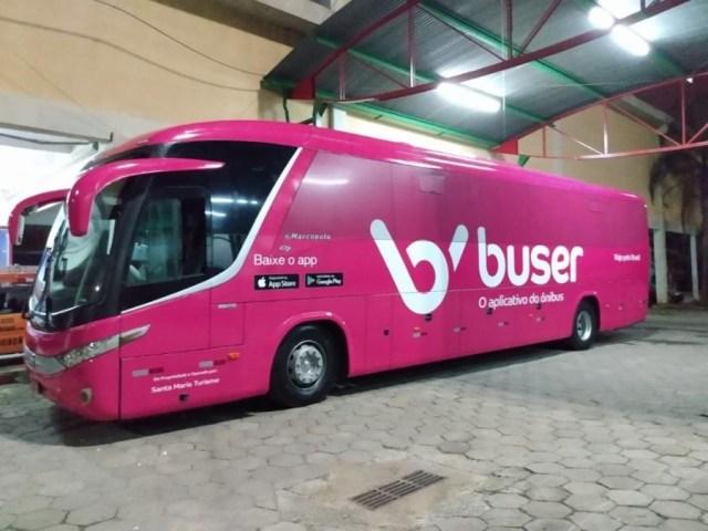 Foto de um õnibus Buser da Santa Maria Turismo na garagem